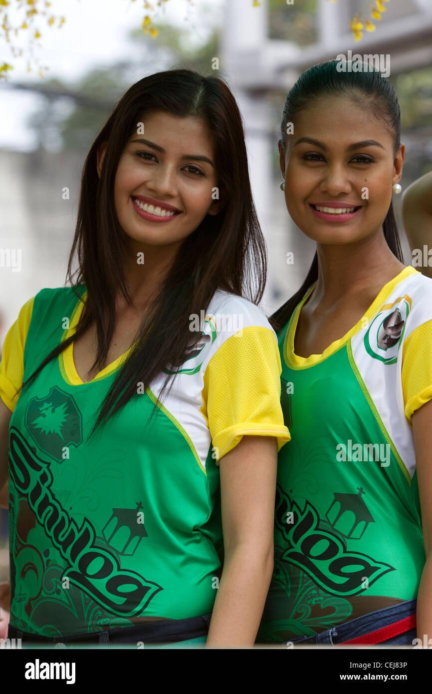 Miss Filippine 2011 Shamcey Supsup e 2010 Miss Filippine Venus Raj frequentare Sinulog 2012 Immagini Stock