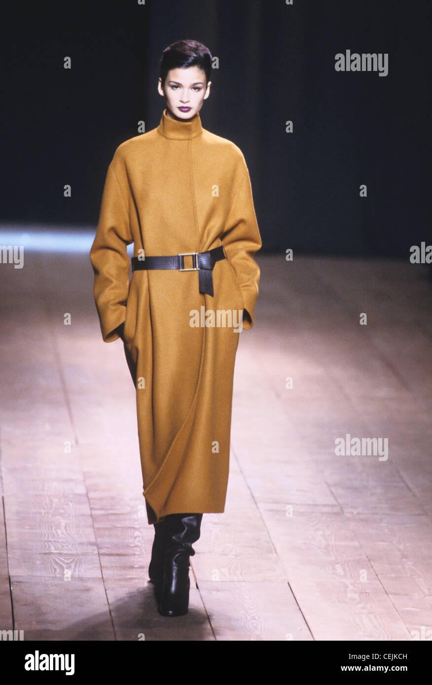 Yves Saint Laurent Autunno Inverno Oversize marrone lungo cappotto con cintura in pelle nera e il nero slouchy lunghezza Immagini Stock
