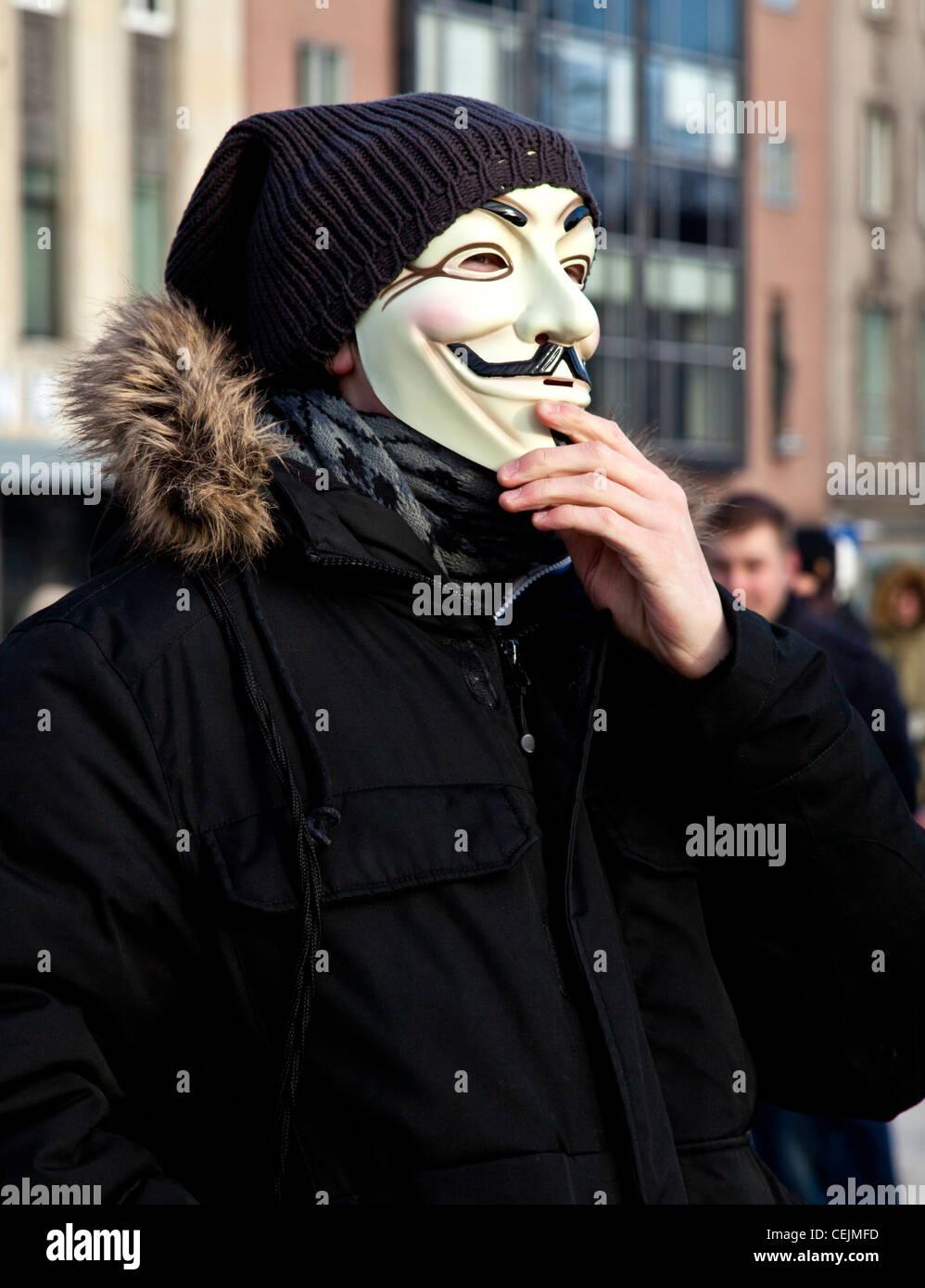 Uomo con una maschera di Guy Fawkes alla protesta contro un accordo commerciale anticontraffazione a Tallinn in Immagini Stock