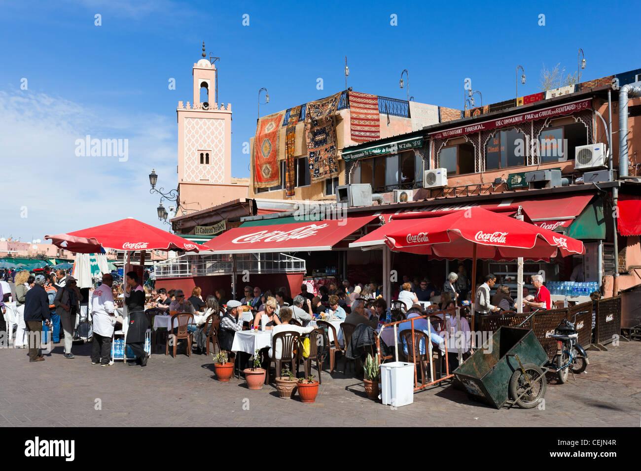 Ristoranti lungo il bordo di Djemaa el Fna sqare, Marrakech, Marocco, Africa del Nord Immagini Stock