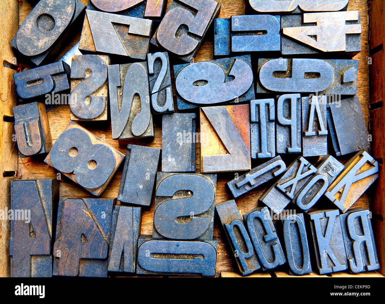 Molti vecchi woodent font in case in legno, molte lettere Immagini Stock