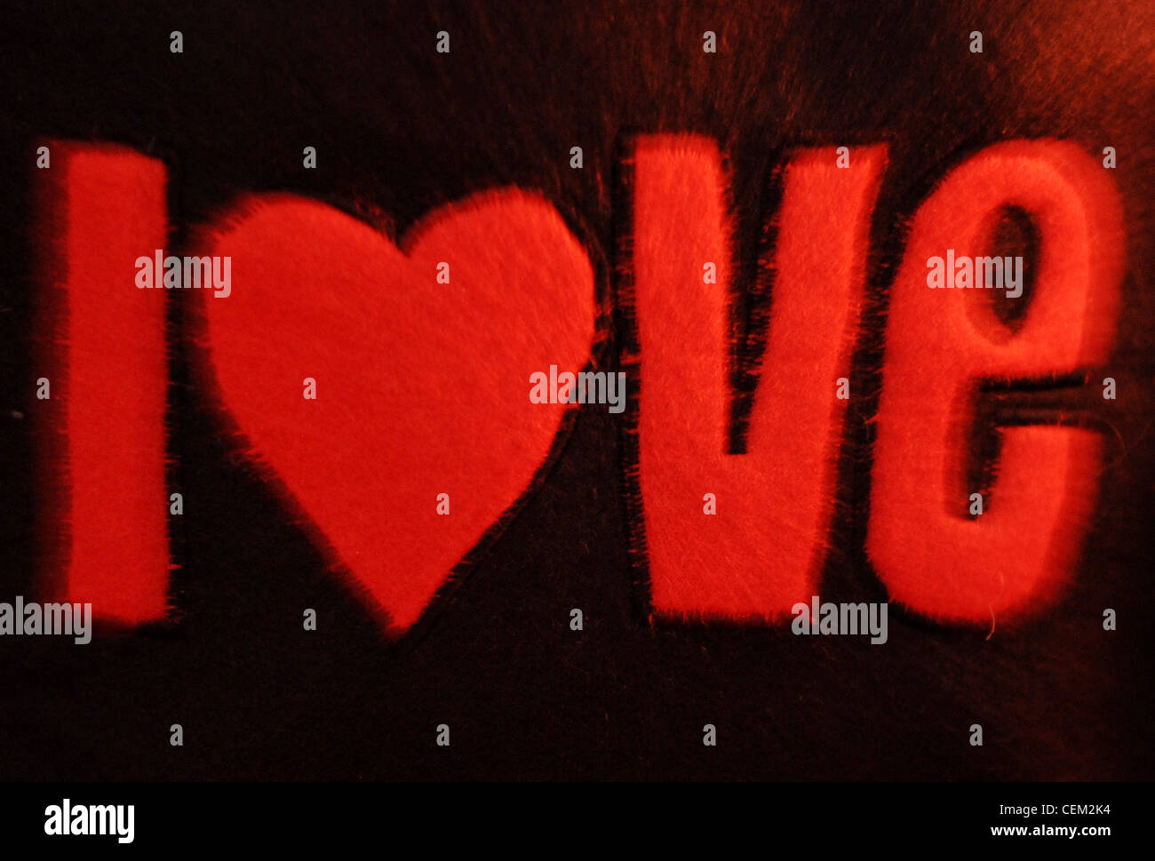 Una particolare immagine di un amore rosso applique in feltro nero