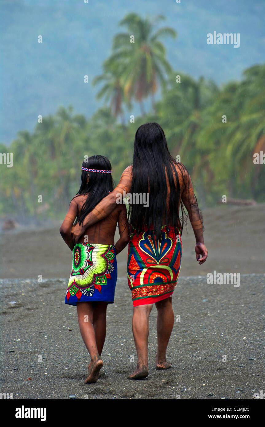 Un Embera madre e figlia a piedi sulla spiaggia dalla loro casa in Darien la giungla di Panama Immagini Stock