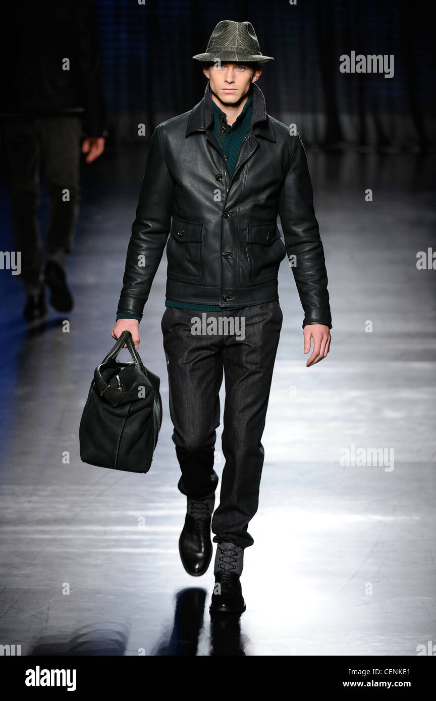Ermenegildo Zegna Milano pronto a indossare abbigliamento Uomo Autunno  Inverno un verde oliva trilby hat 01c63c25a6b