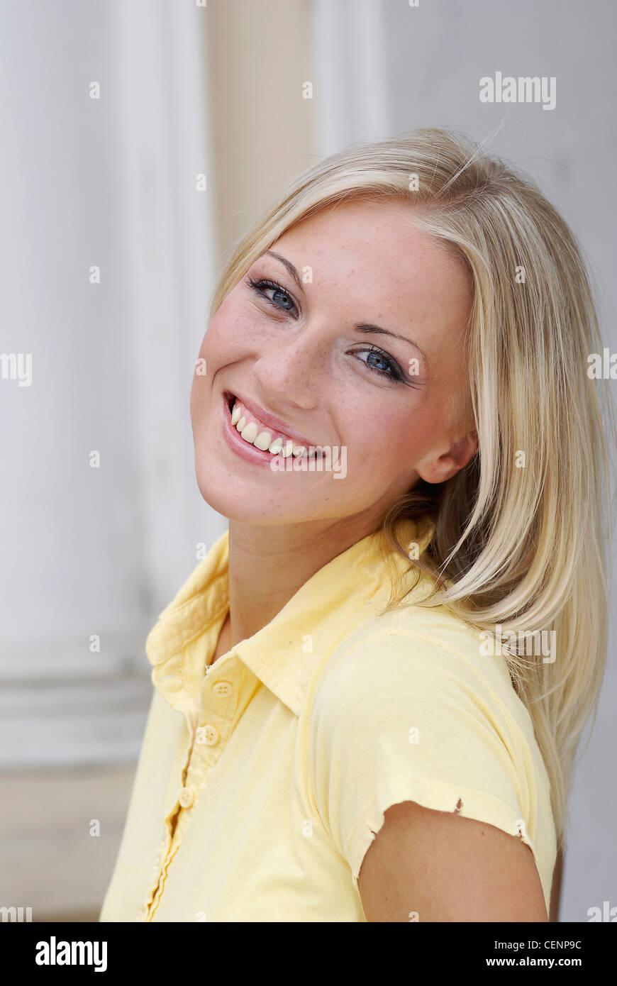 Femmina lunghi capelli biondi 6db73844d56