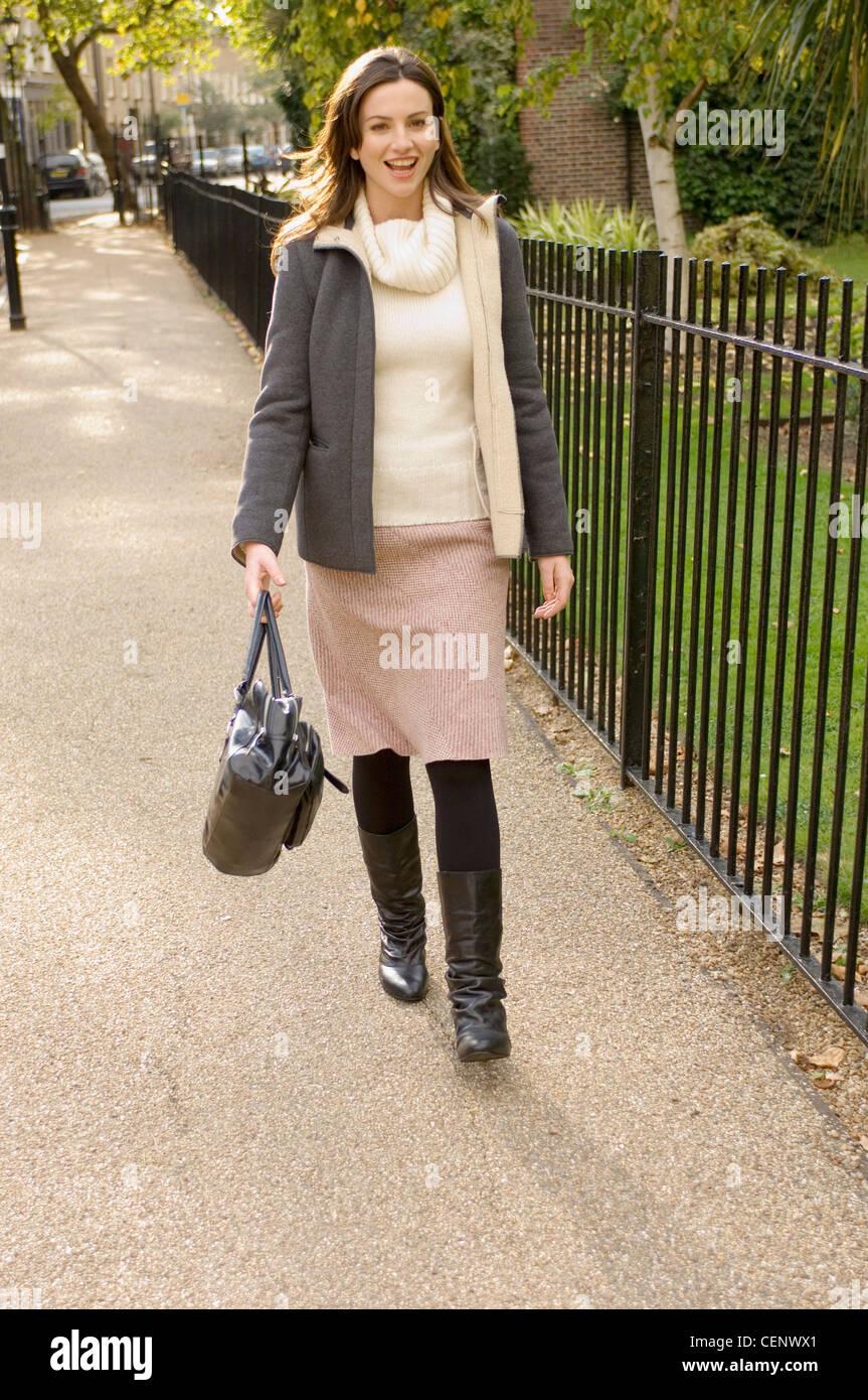 new style d1320 be408 Indossare femmina ponticello crema, beige gonna e giacca ...