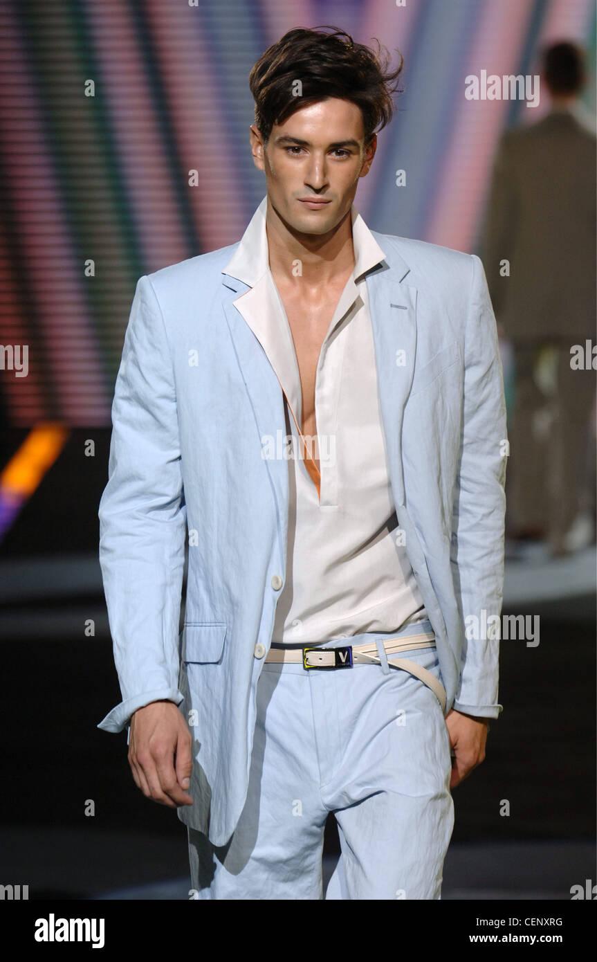 Versace Milano pronto a indossare abbigliamento Uomo Primavera Estate  Brunette modello maschile a piedi giù per la pista che indossa un azzurro  vestito di ... de928dc42c1