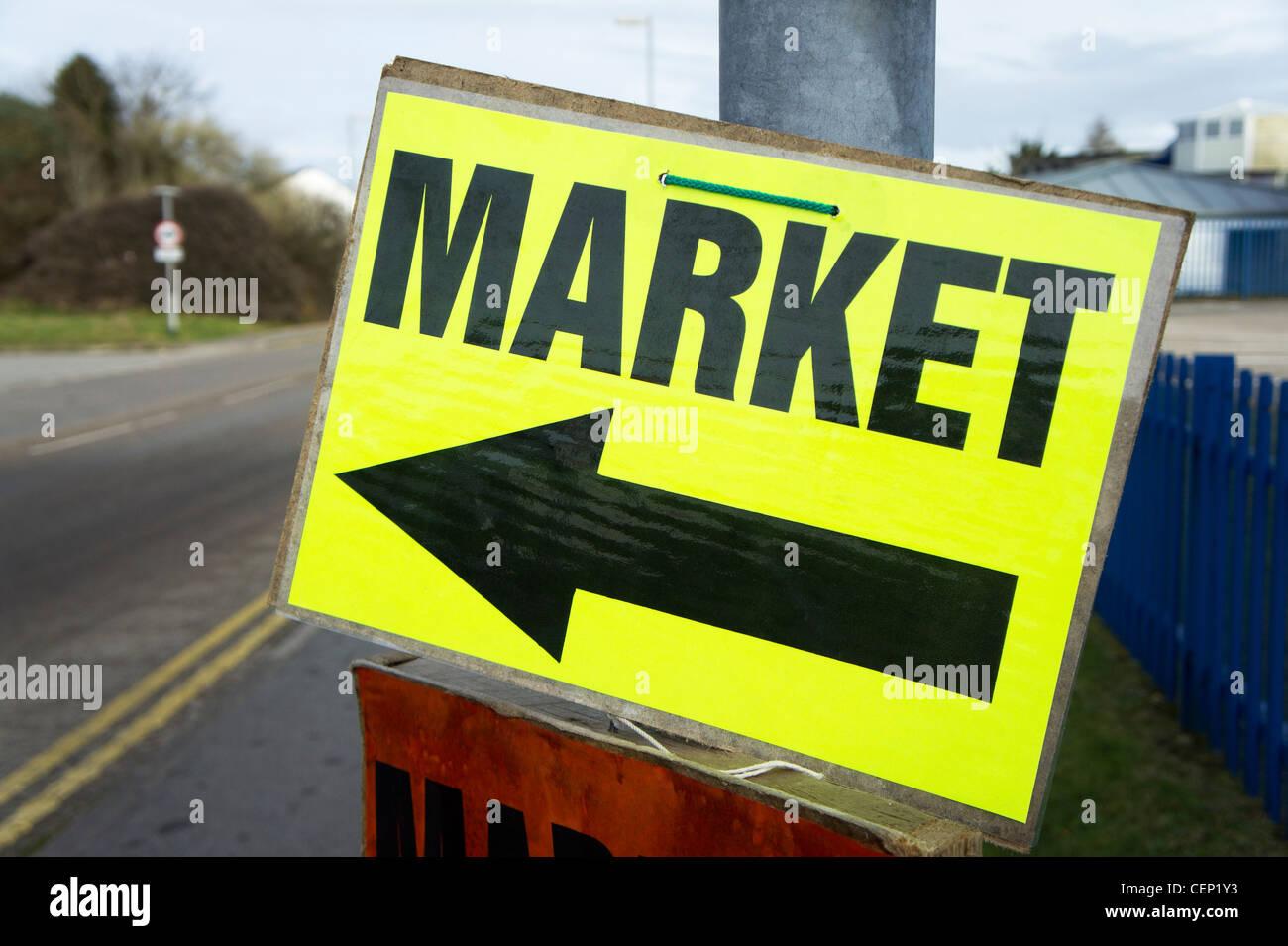 Un segno di direzione per un mercato locale in Bolton, Lancashire, Regno Unito Immagini Stock