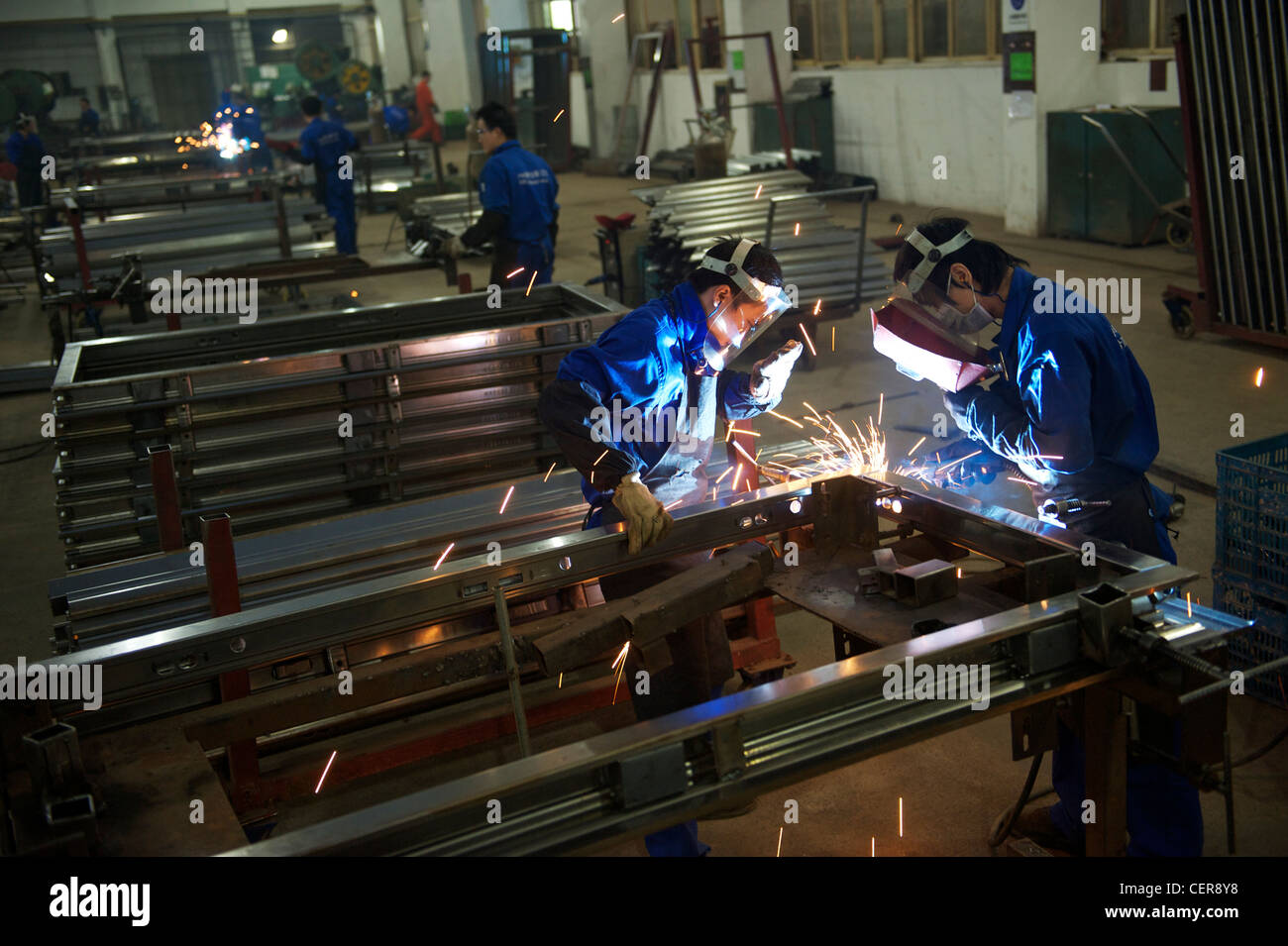 I dipendenti effettuano le porte di sicurezza in una fabbrica di Wang Gruppo Li, in Yongkang, Zhejiang, Cina. 08 Immagini Stock