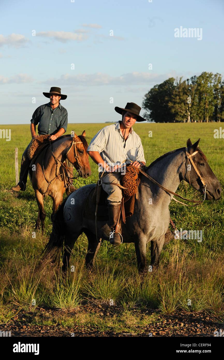 URUGUAY - Tacuarembó, due Gaucho a cavallo Immagini Stock
