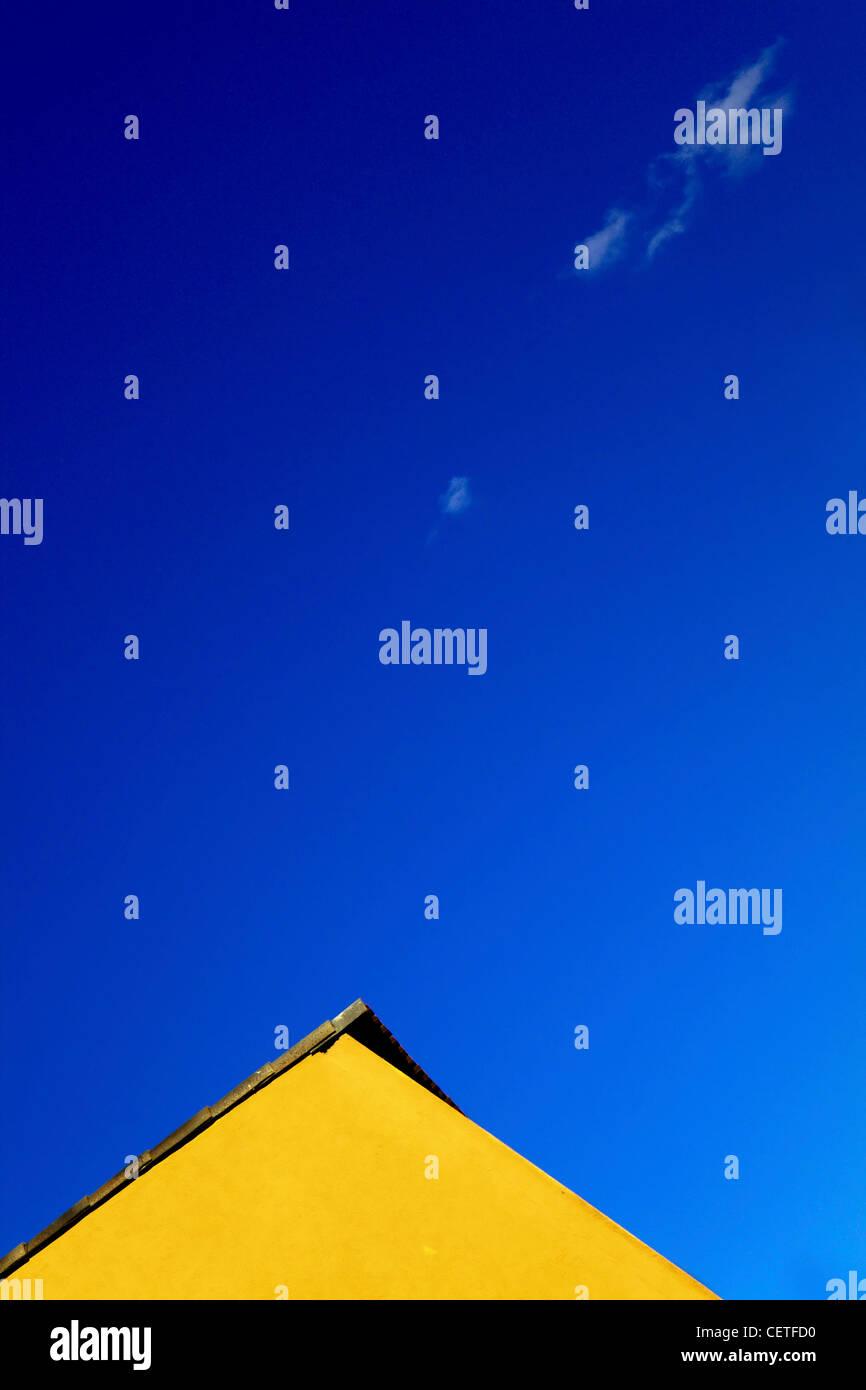 La parte superiore di un edificio giallo contro un cielo blu a Beverley. Immagini Stock