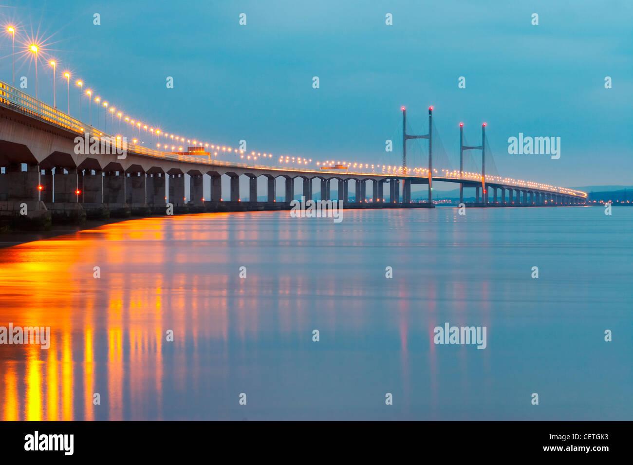 Secondo Severn attraversando la notte. Dal 1966 al 1996, il ponte originale portato l'autostrada M4, ma sul Immagini Stock