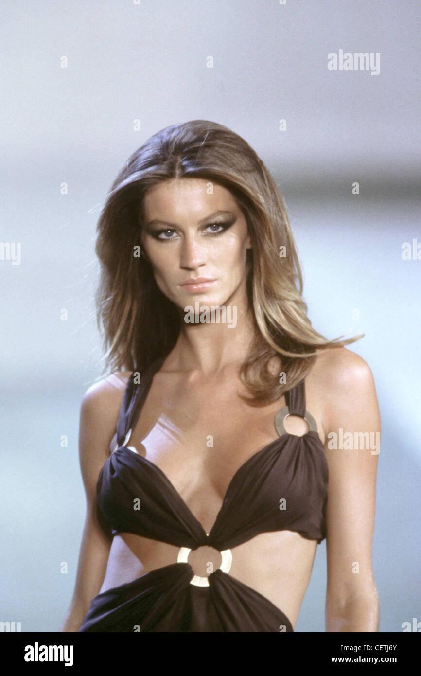 bc513bafd6f850 Valentino pronto a indossare Parigi primavera estate fashion show model  Gisele indossa abiti neri tenuti insieme