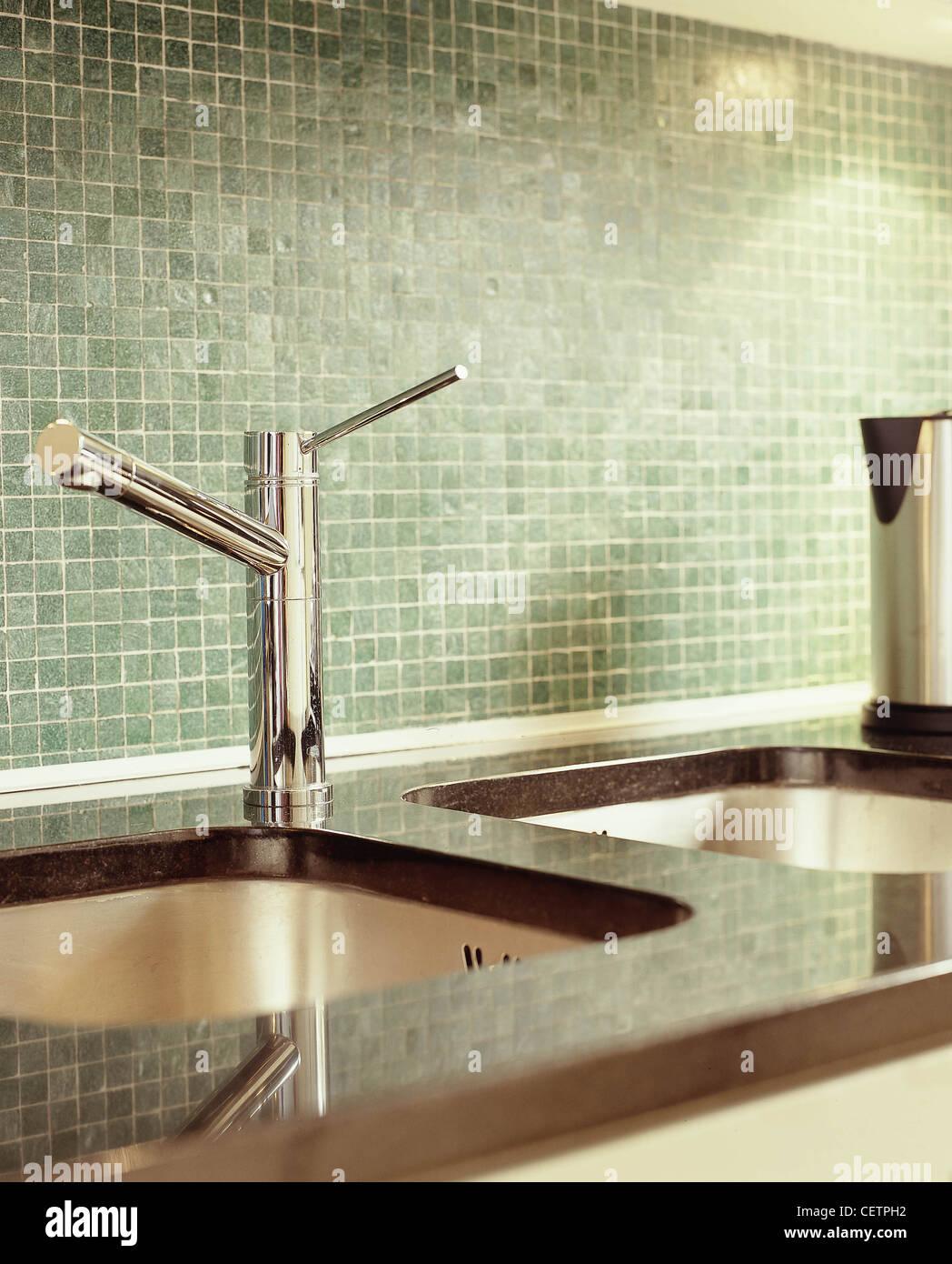 C tre diversi stili di cucina in marmo scuro di lavoro di cucina ...