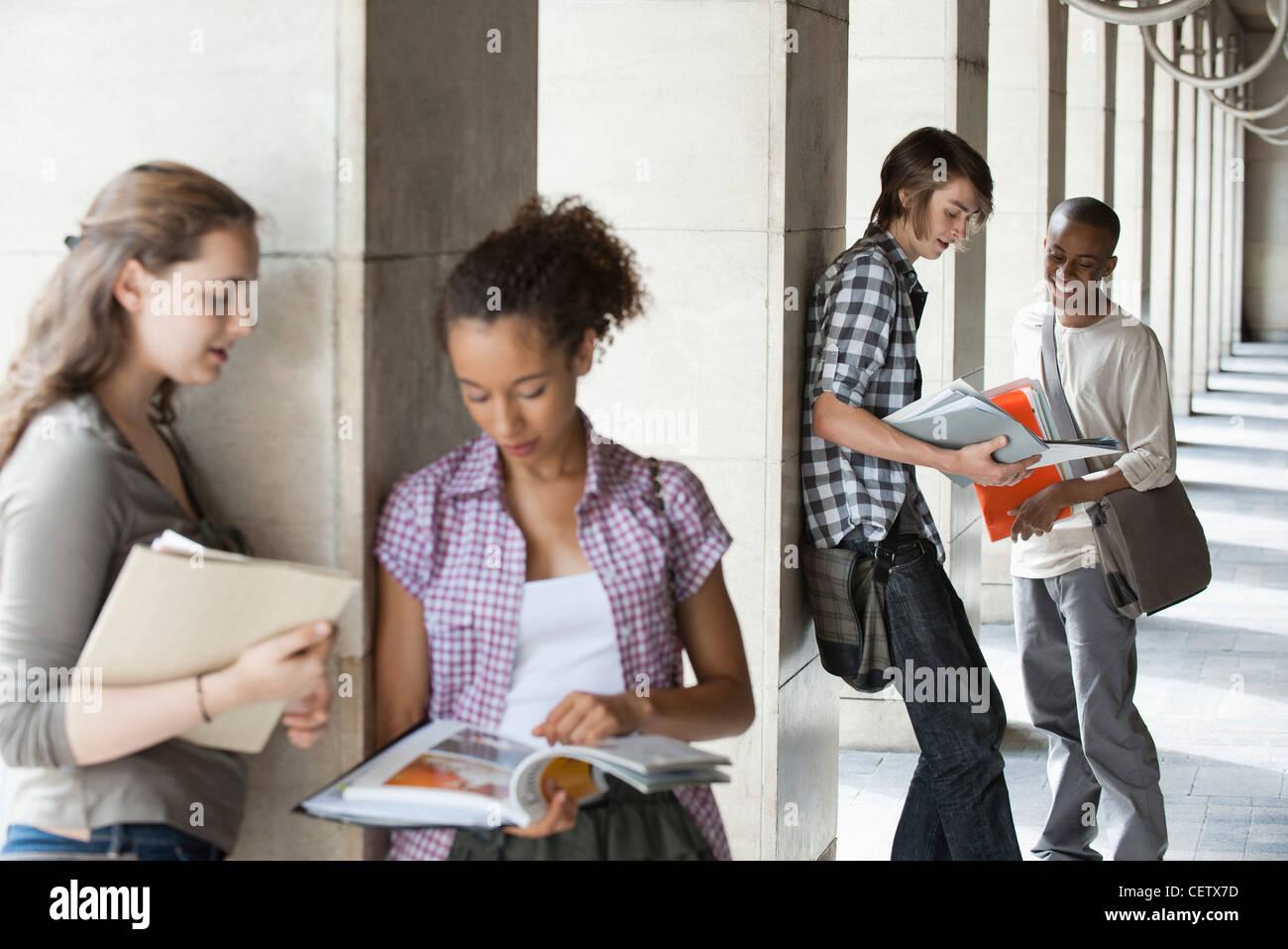 Gli studenti universitari per discutere i compiti, concentrarsi sugli uomini in background Immagini Stock