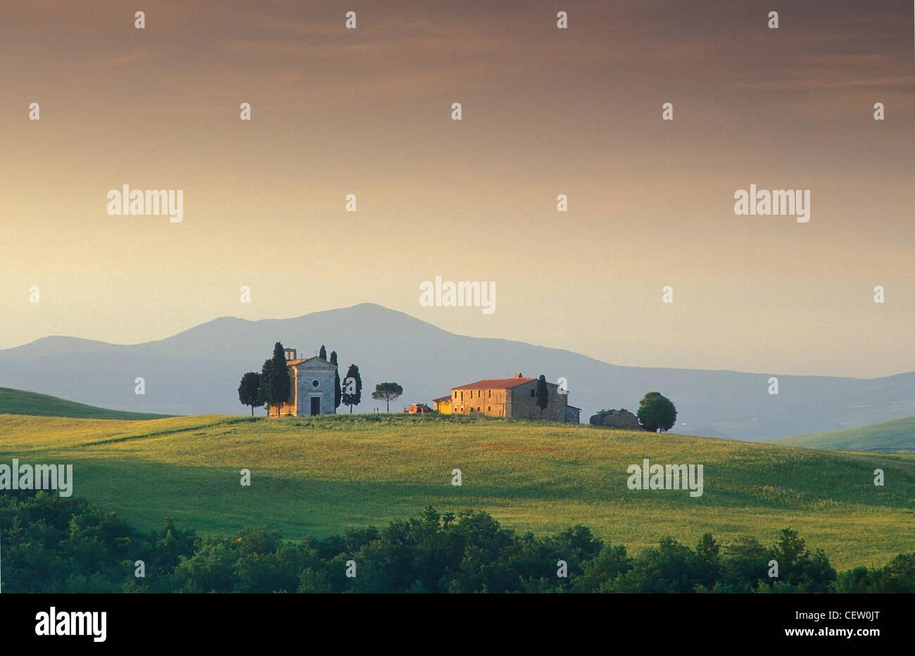 La cappella e la casa sulla collina, nr Pienza, Toscana, Italia Immagini Stock