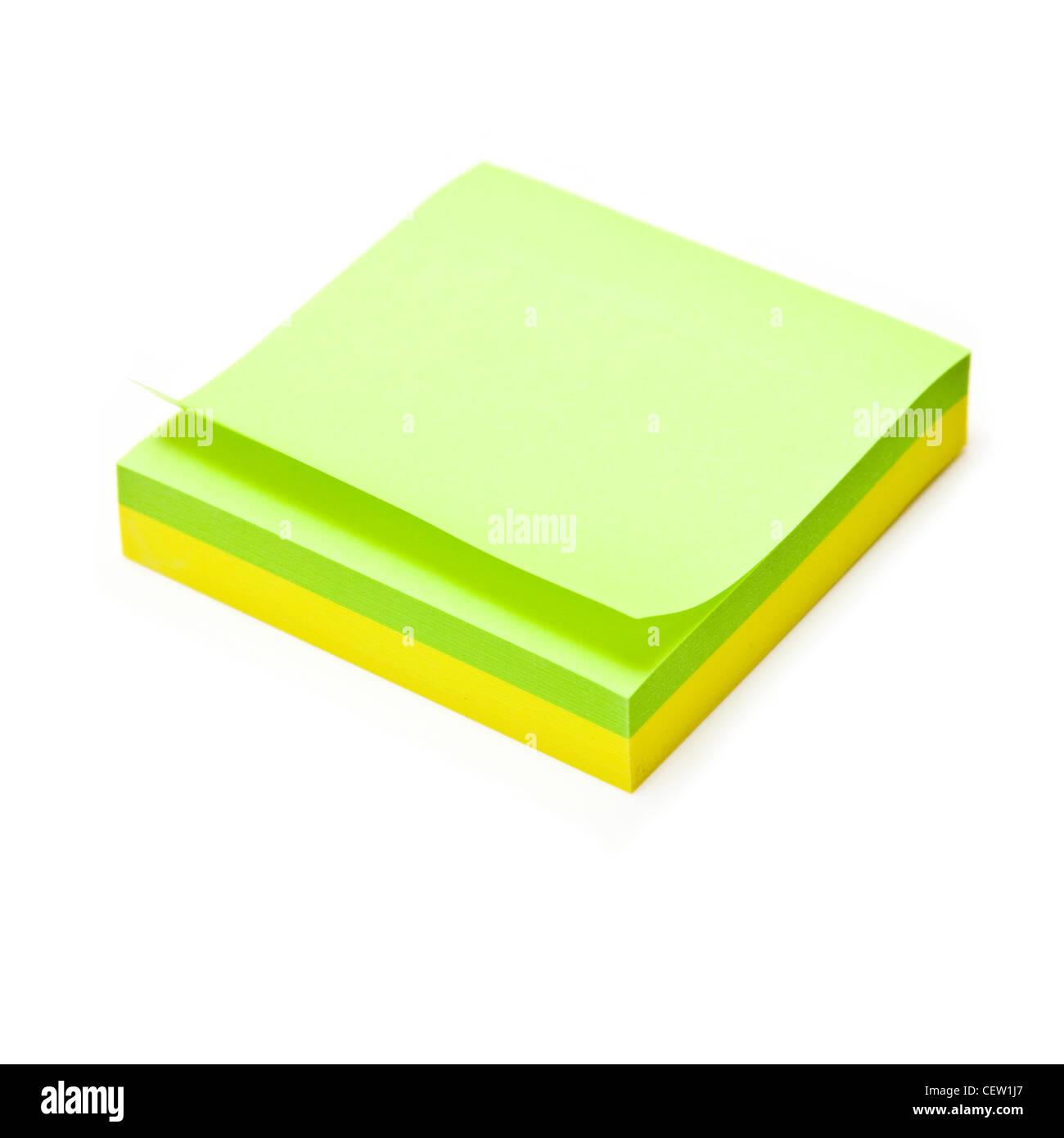 Nota adesiva pad isolato su un bianco di sfondo per studio. Immagini Stock