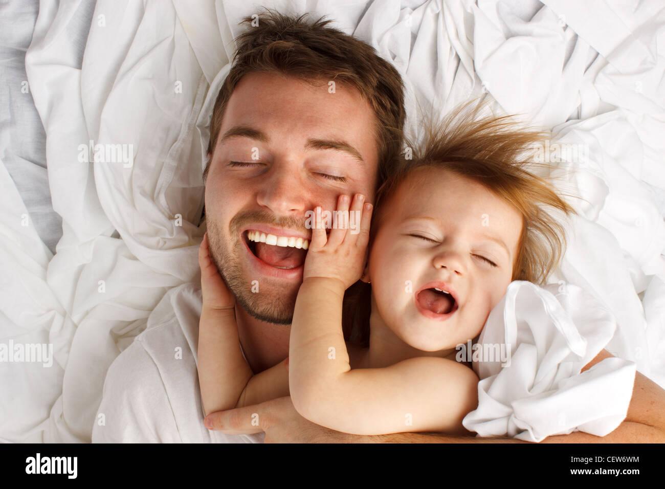 Padre e figlia di ridere e di incollaggio Immagini Stock