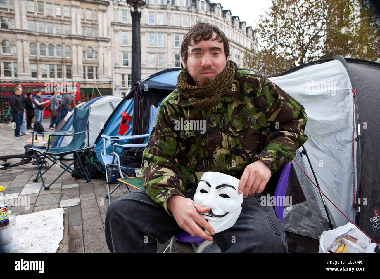 Tristan boschi protester a occupare Londra protesta OSLX seduto fuori della sua tenda. Immagini Stock