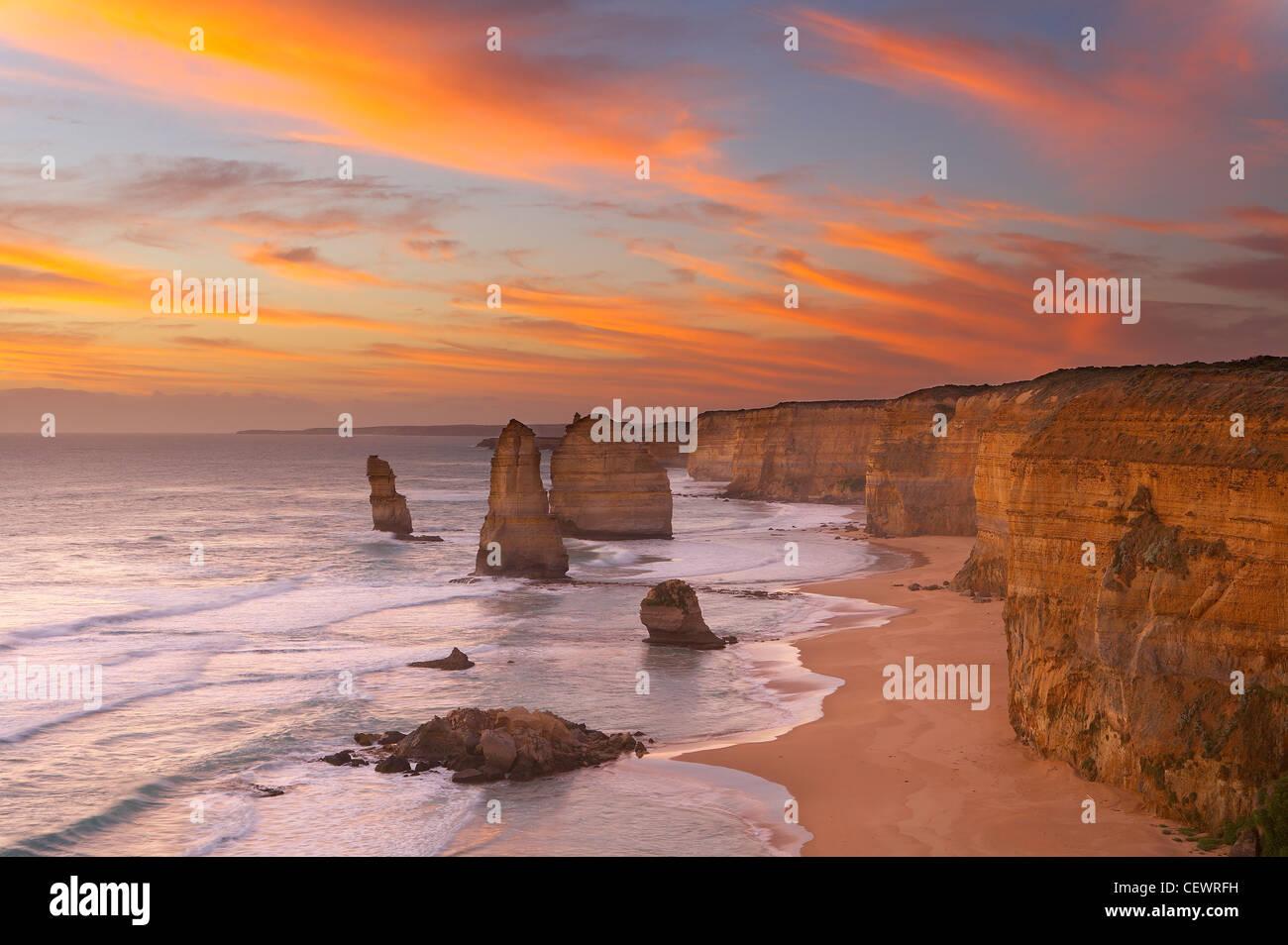 Il litorale eroso dei dodici Apostoli al crepuscolo, Parco Nazionale di Port Campbell, Great Ocean Road, Victoria, Immagini Stock