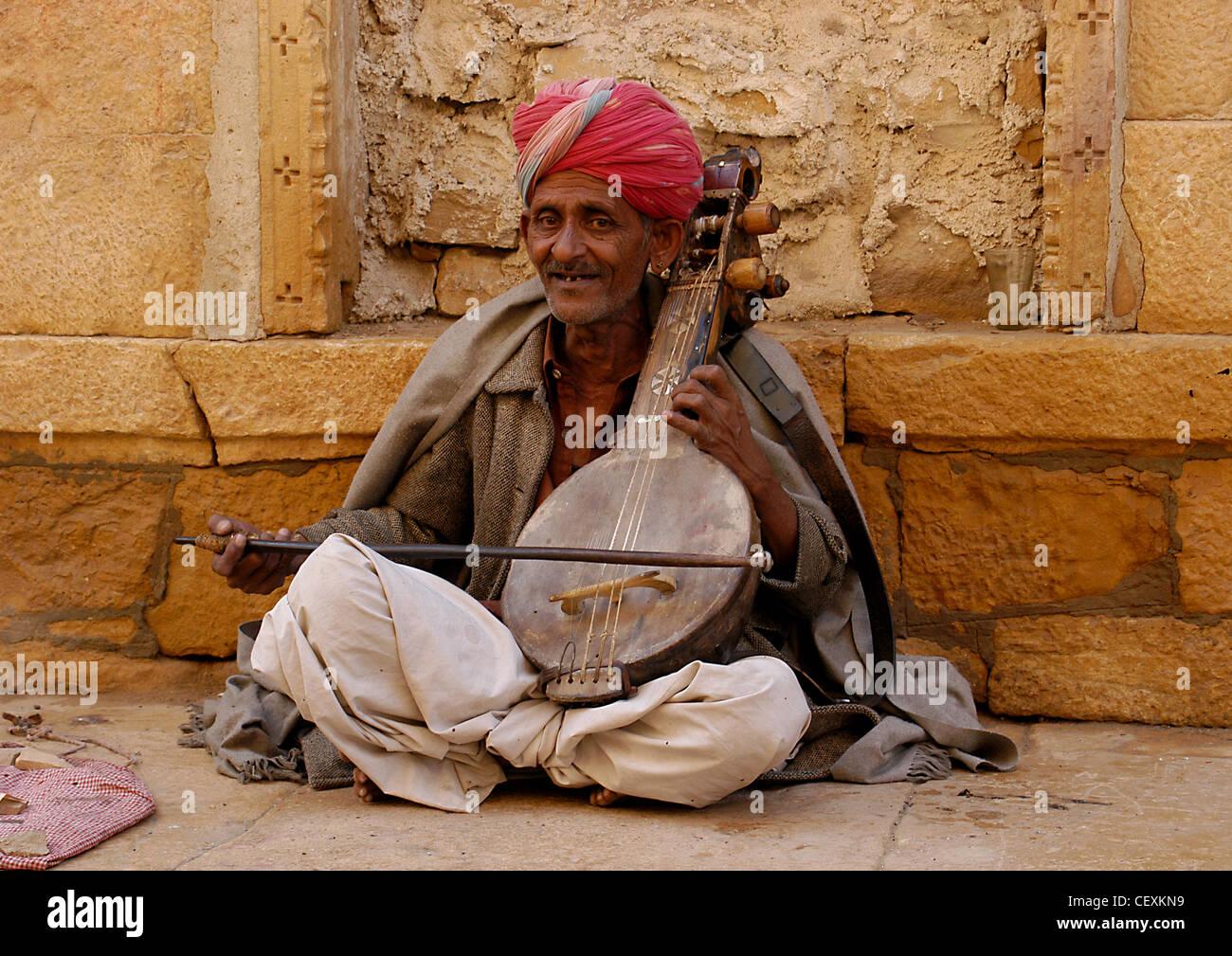 """Senior Rajput uomo musicista di strada gioiosa recitato musica del fatto a mano violino """"ena' divertente Immagini Stock"""