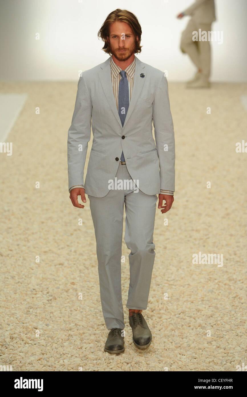 Ermenegildo Zegna Milano pronto a indossare abbigliamento Uomo Primavera  Estate 2012 Immagini Stock cc920072ab3