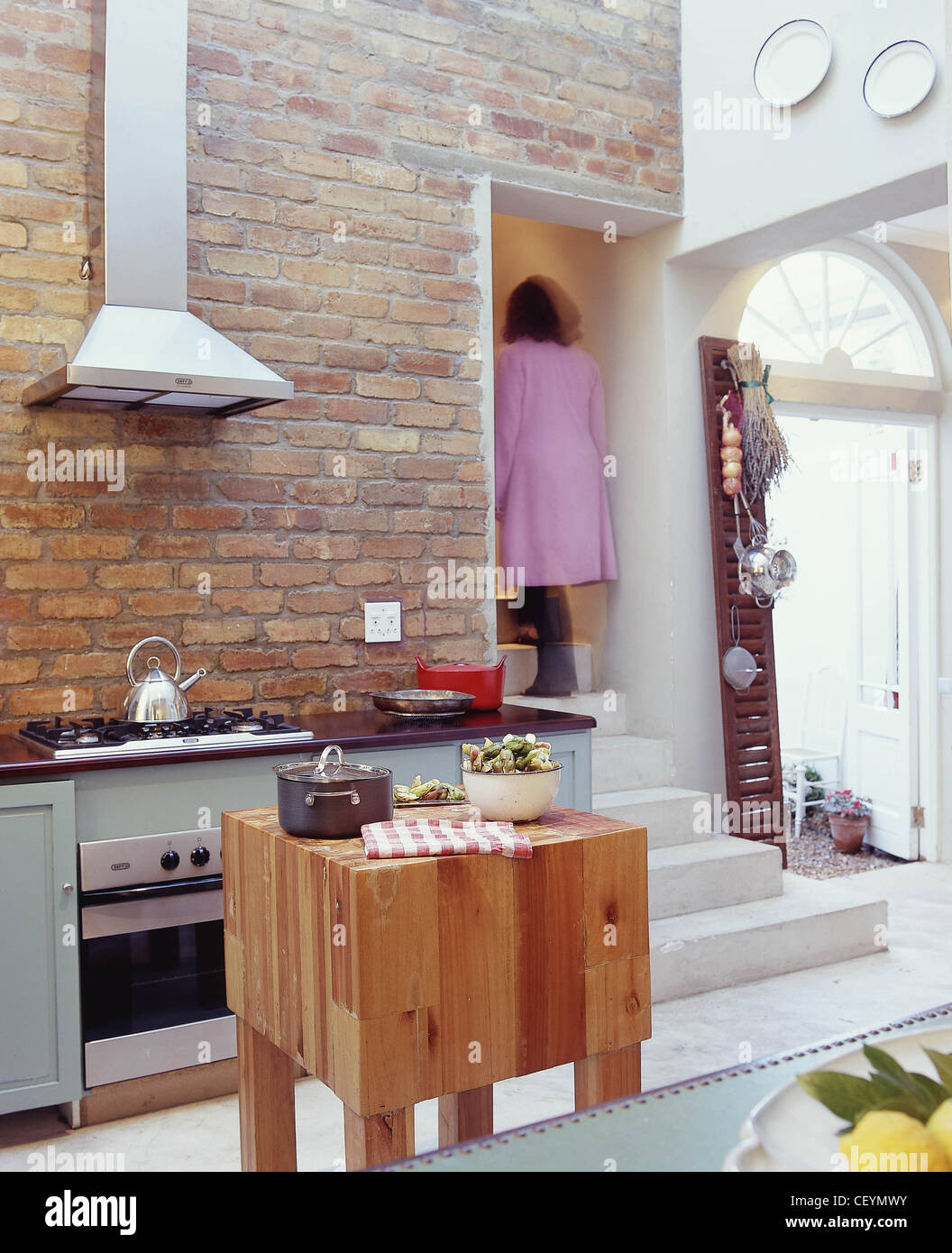 Tre diversi stili di cucina cucina bare di parete di mattoni ...