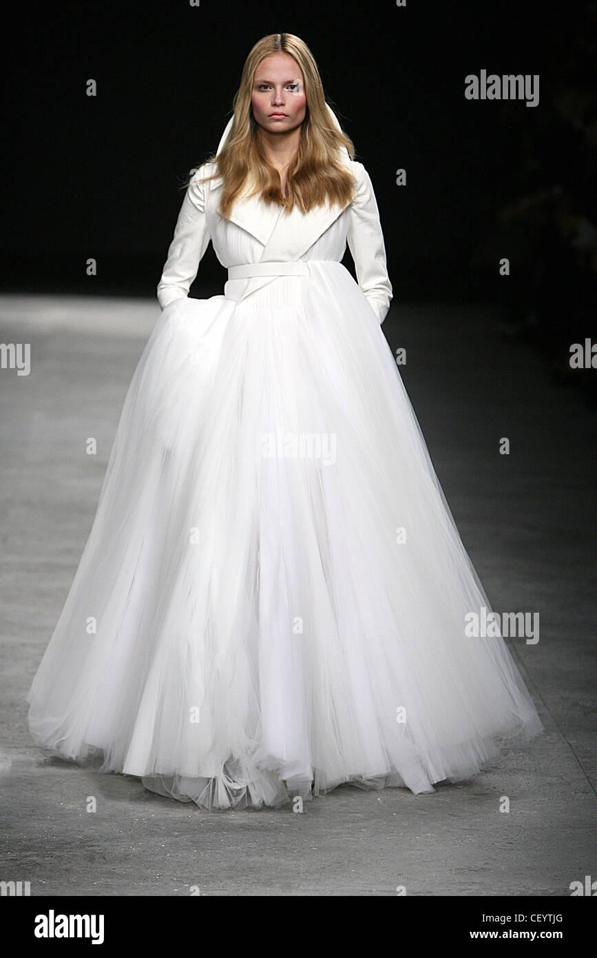 Givenchy Parigi Haute Couture Primavera Estate abito da sposa  modello  russa Natasha Poly indossando avorio abito da sposa trench top bbf0baa7171