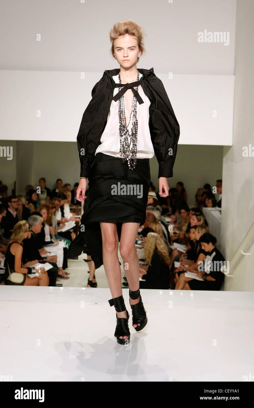 Vera Wang New York pronto a indossare primavera estate un satin nero wrap mini  gonna una 2e2257bdce0