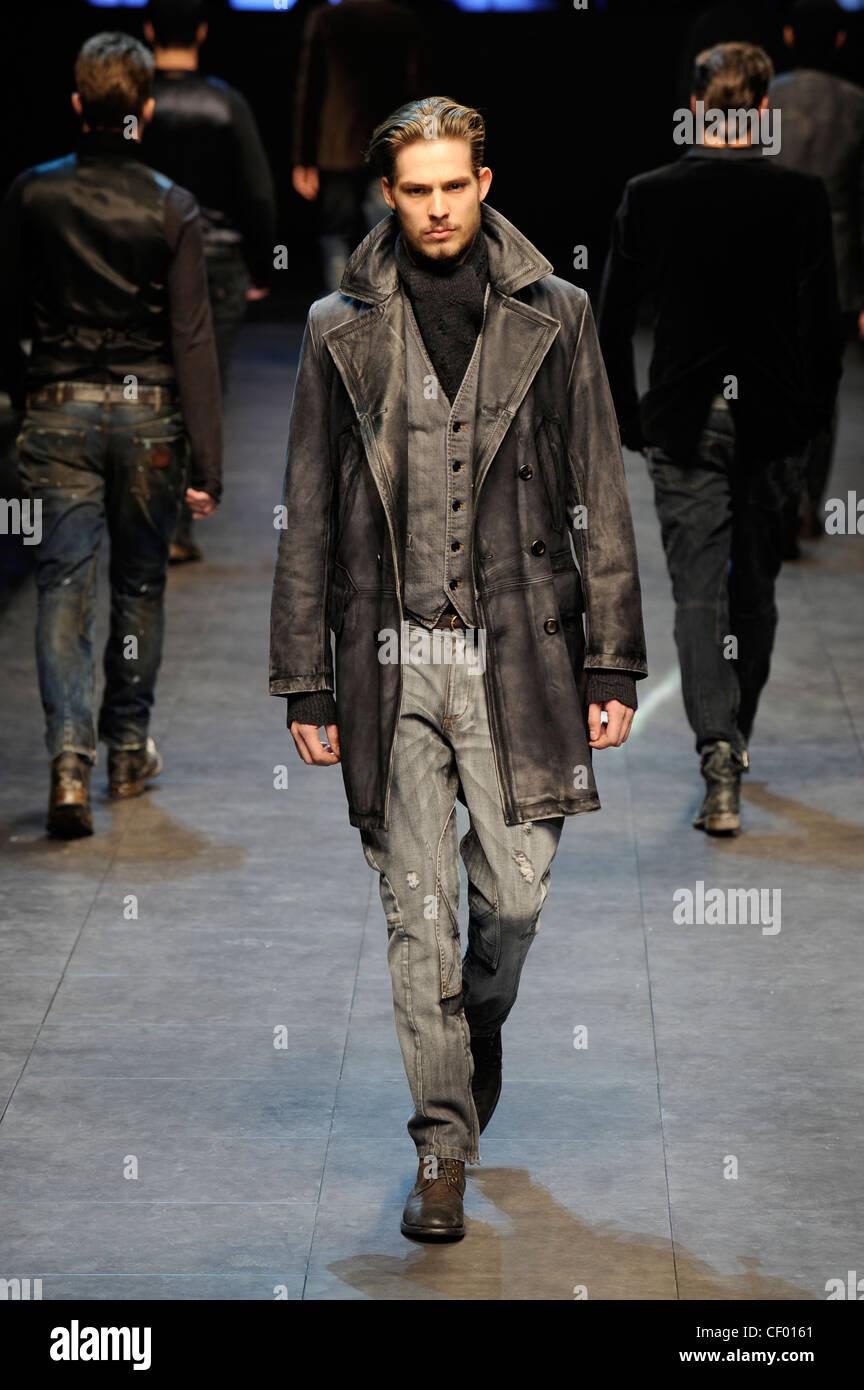 Dolce   Gabbana Milano pronto a indossare abbigliamento Uomo Autunno  Inverno un grigio scuro aspetto usurato il cuoio doppio petto ricoprire  grandi e ... 0d9e3521e53