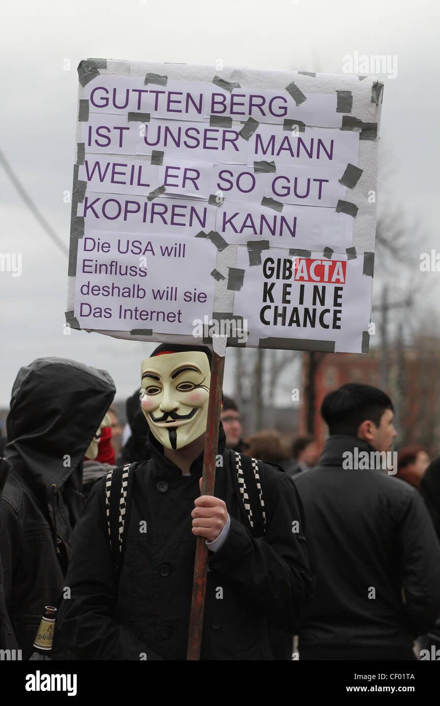 Un manifestante indossa una maschera di Guy Fawkes sta protestando contro un accordo commerciale anticontraffazione Immagini Stock