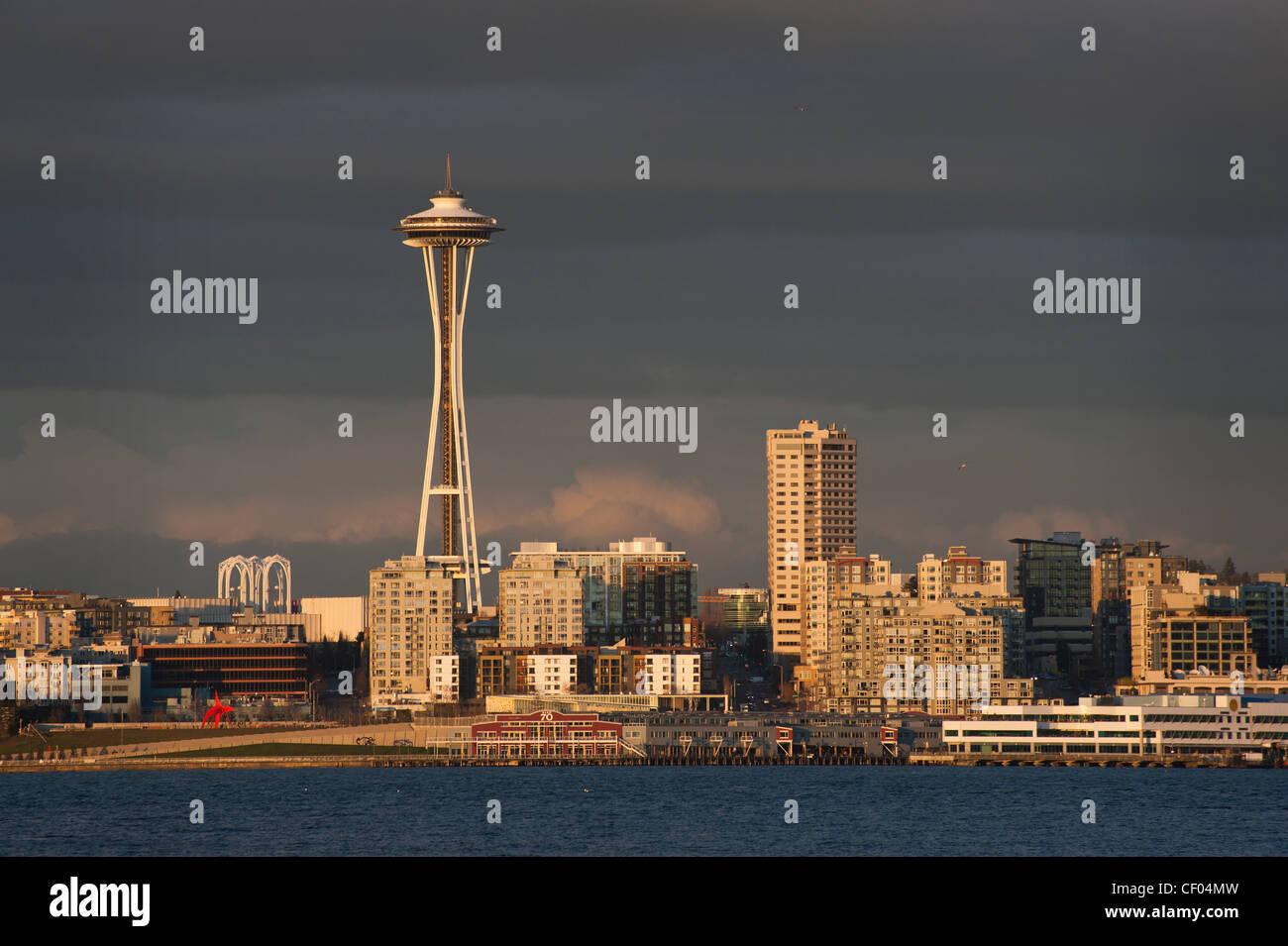 Un bellissimo skyline di Seattle al tramonto lungo la Baia di Elliott waterfront con la mitica Space Needle in background. Immagini Stock