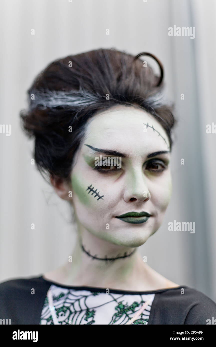 Halloween sposa di frankenstein pallida donna vampiro mortisha undead freddo pallido vampiro di sangue nero scuro Immagini Stock