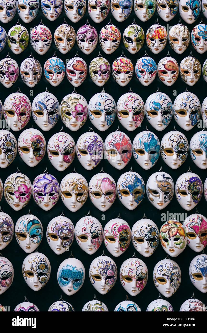 Decorativa veneziana in miniatura di maschere di carnevale - Venezia, Venezia, Italia e Europa Foto Stock