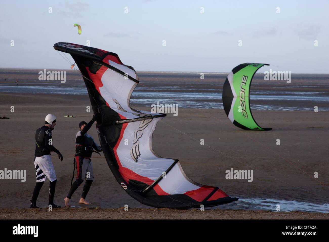 Wind surf e kite surf sulla spiaggia in Hunstanton, Norfolk Immagini Stock