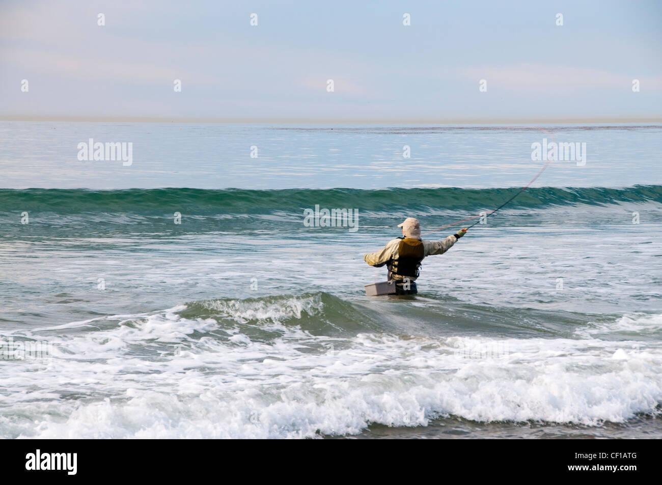 Il giornalismo di redazione giornalistica tempestoso mare sport di avventura spiaggia la gente camminare maschile Immagini Stock