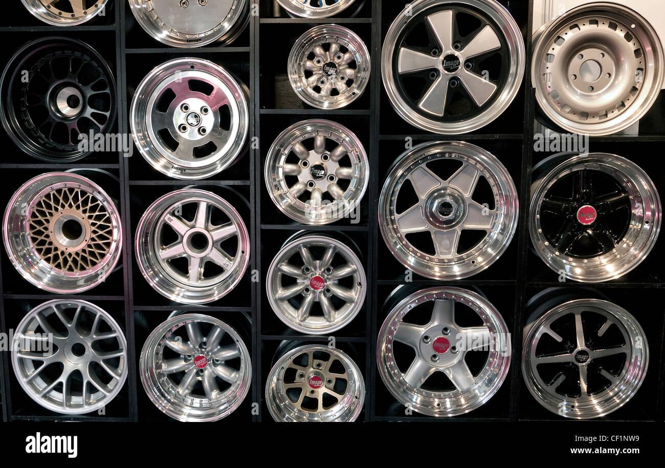Ruote di automobili sul display in corrispondenza di una concessionaria Immagini Stock