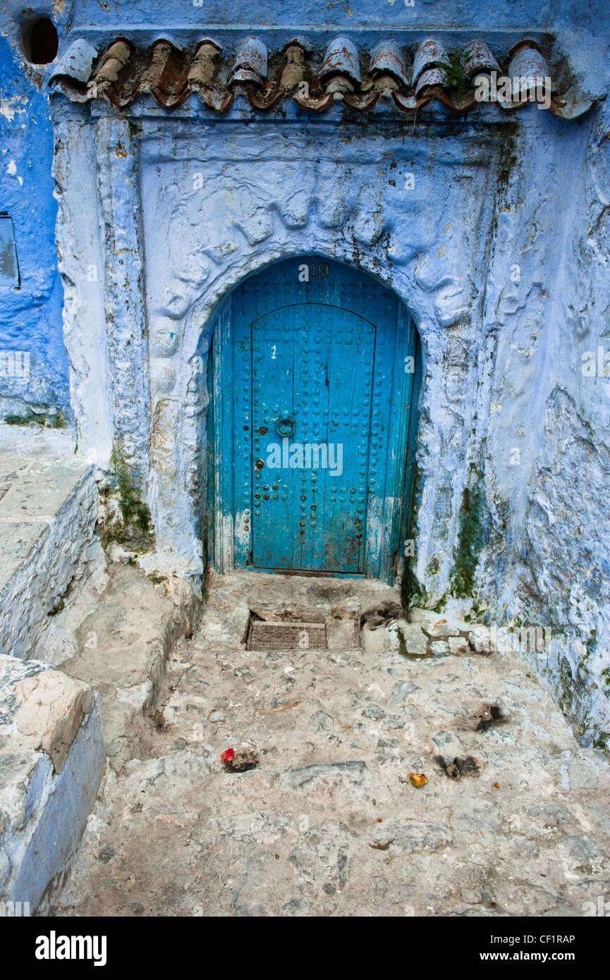Porta blu nel blu walled vecchia medina di Chefchaouen, Marocco Immagini Stock
