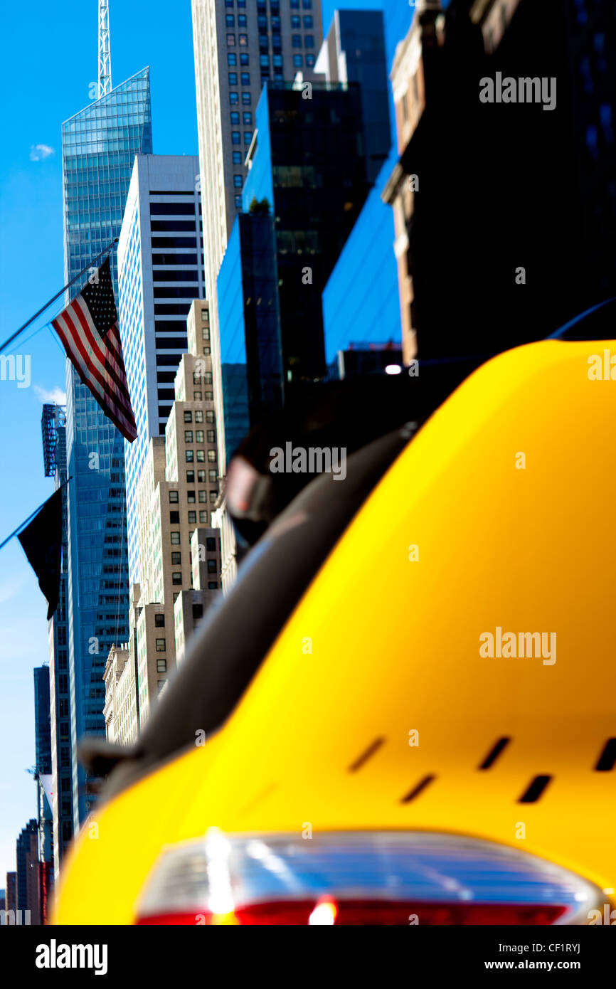 La moderna architettura degli edifici lungo la 42nd Street nel centro di Manhattan, New York, Stati Uniti d'America Immagini Stock