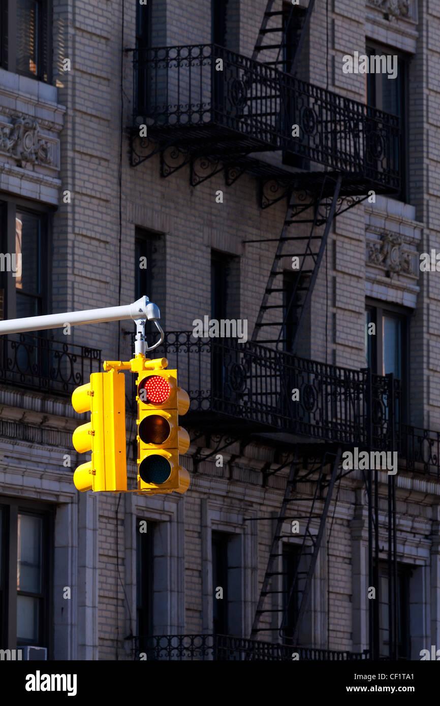 Luce di traffico e tipici edifici nel quartiere di Harlem, a New York, Stati Uniti d'America Immagini Stock