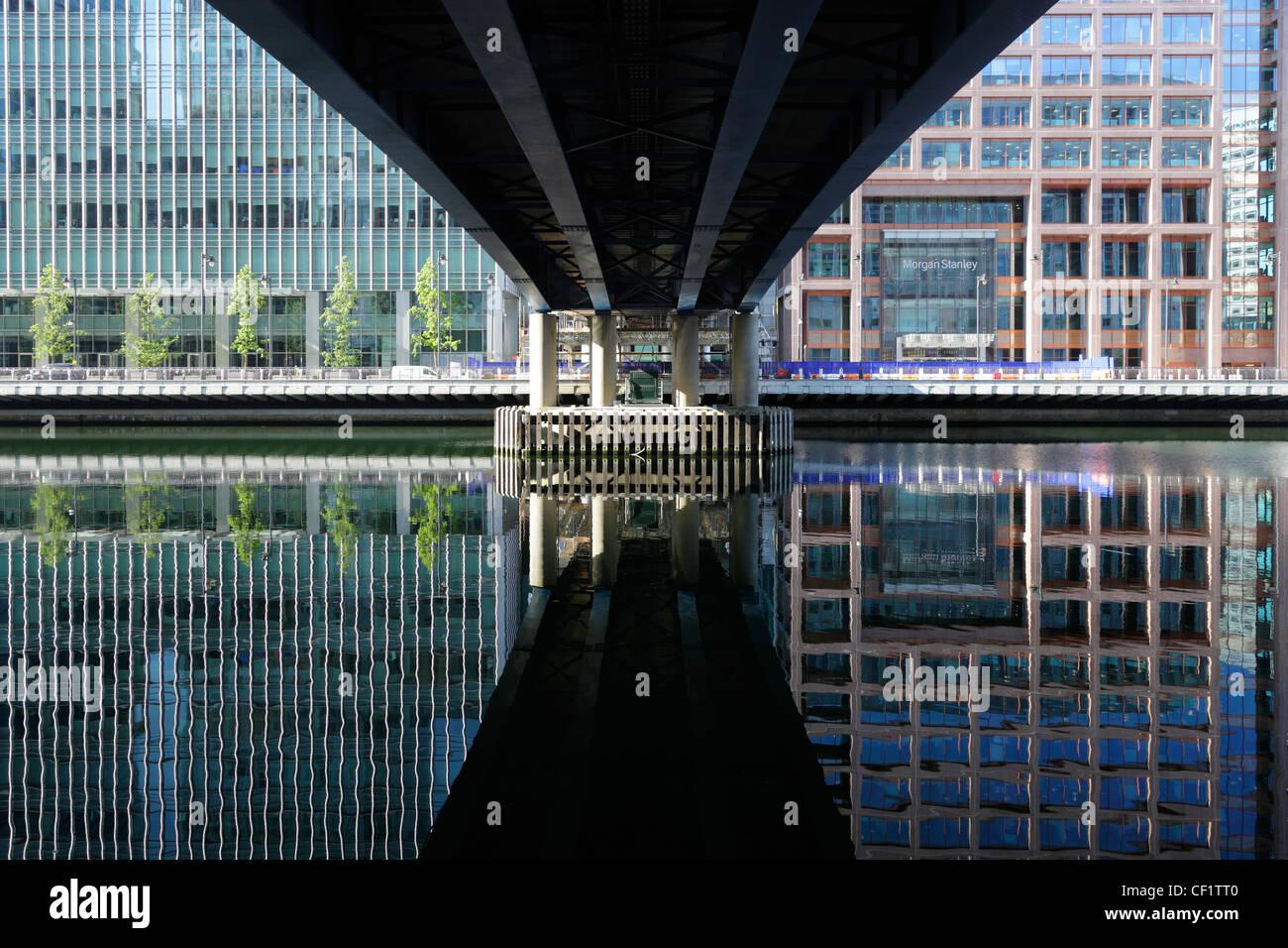 Dalla riflessione di edifici, parte del Canary Wharf in West India Millwall Docks sulla Isle of Dogs a Londra. Immagini Stock