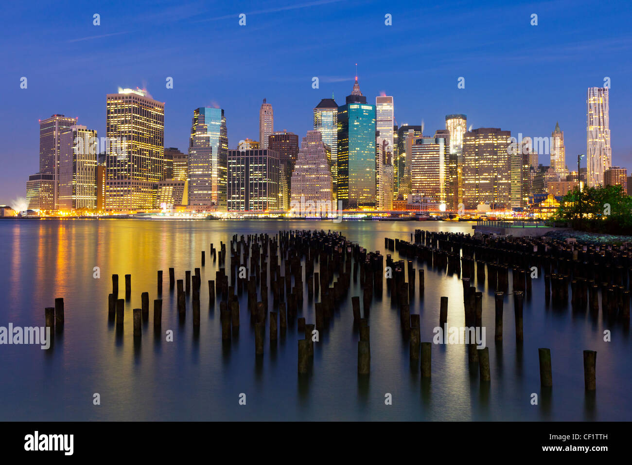 Stati Uniti d'America, New York, crepuscolo vista dei grattacieli di Manhattan da Brooklyn Heights quartiere. Immagini Stock