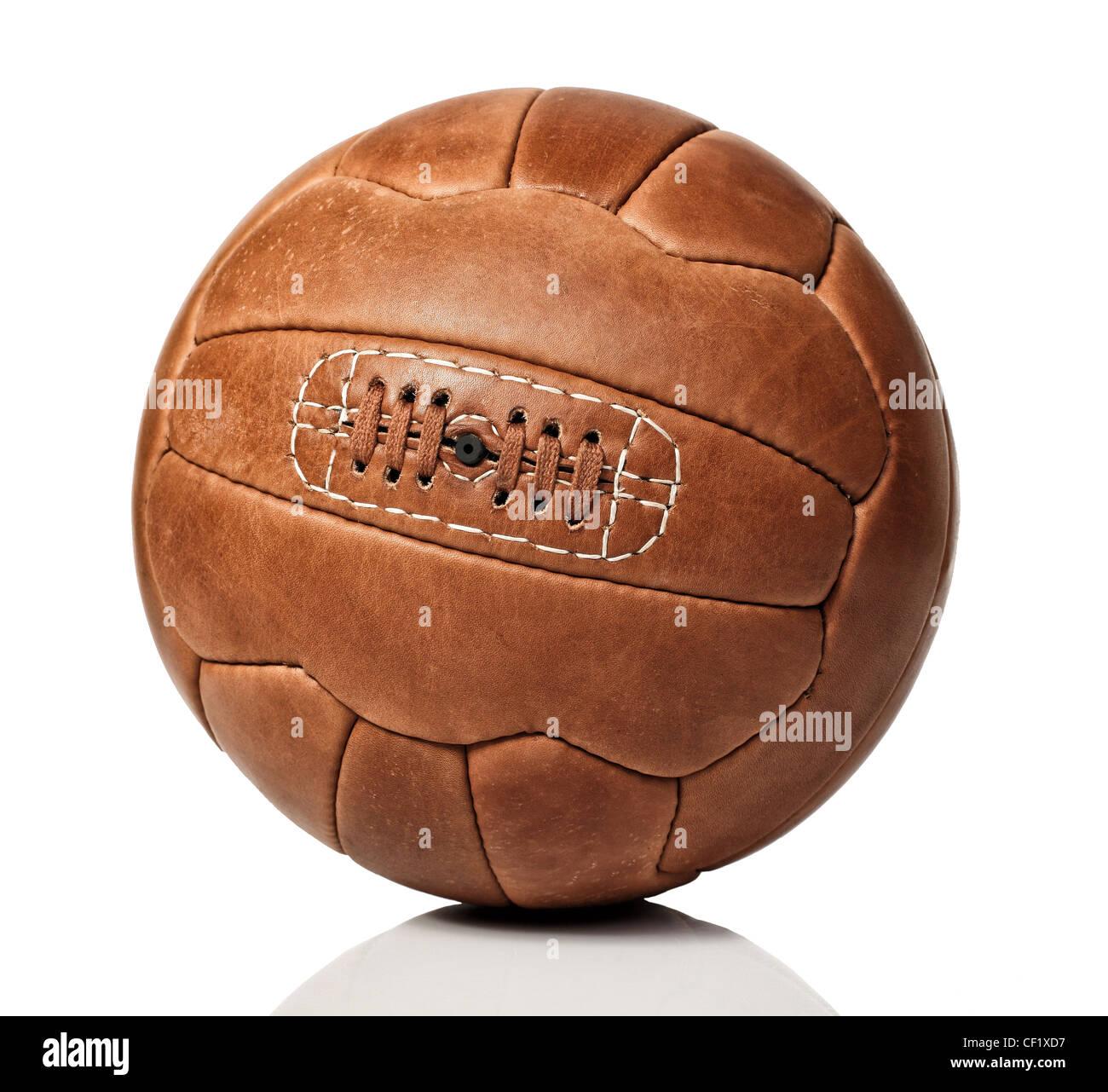Vintage palla calcio su sfondo bianco Immagini Stock