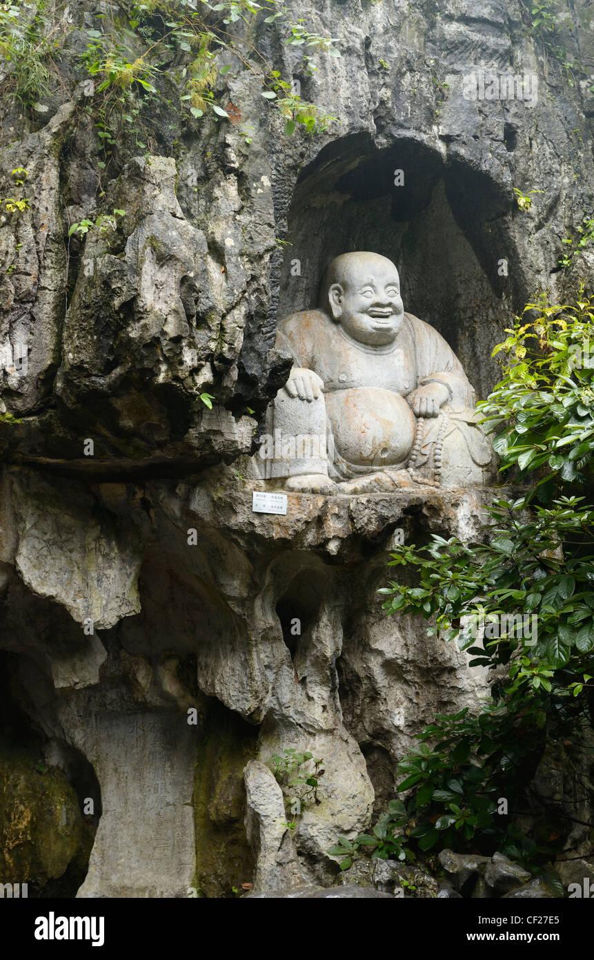 Ridendo scultura di buddha nella grotta di pietra calcarea al feilai feng ling yin tempio hangzhou cina Immagini Stock