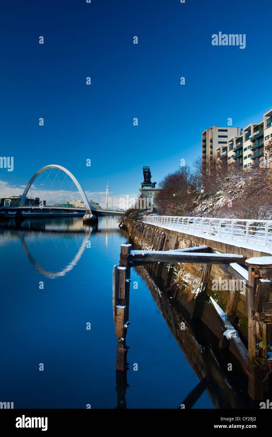Vista lungo il fiume Clyde verso Glasgow's Clyde Arc bridge, più comunemente noto come Squinty Bridge. Foto Stock