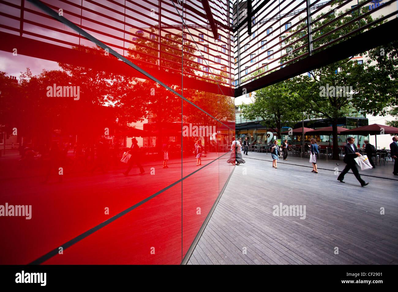 """I pedoni a piedi passato """"6 More London Place"""", di un ufficio e di sviluppo della vendita al dettaglio Immagini Stock"""