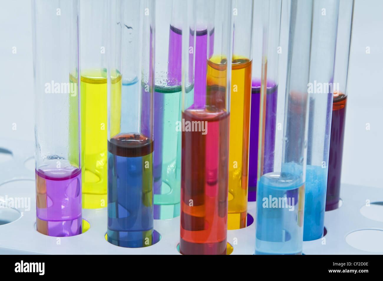 Immagine colorata di provette stand; non modificata di illuminazione