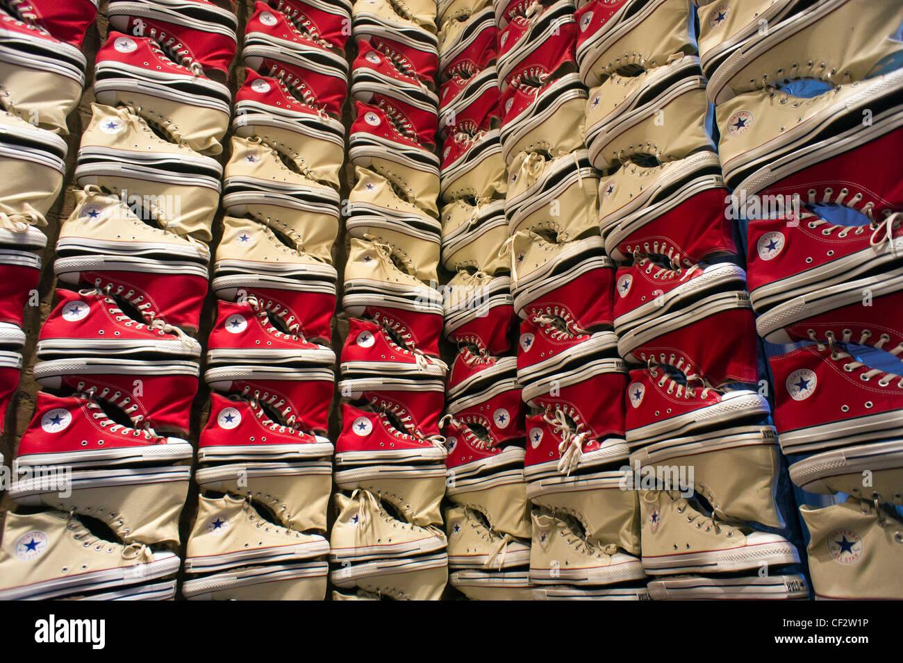92ee849bc700e Un display di sneakers in Converse store di Soho a New York è visto su  Sabato