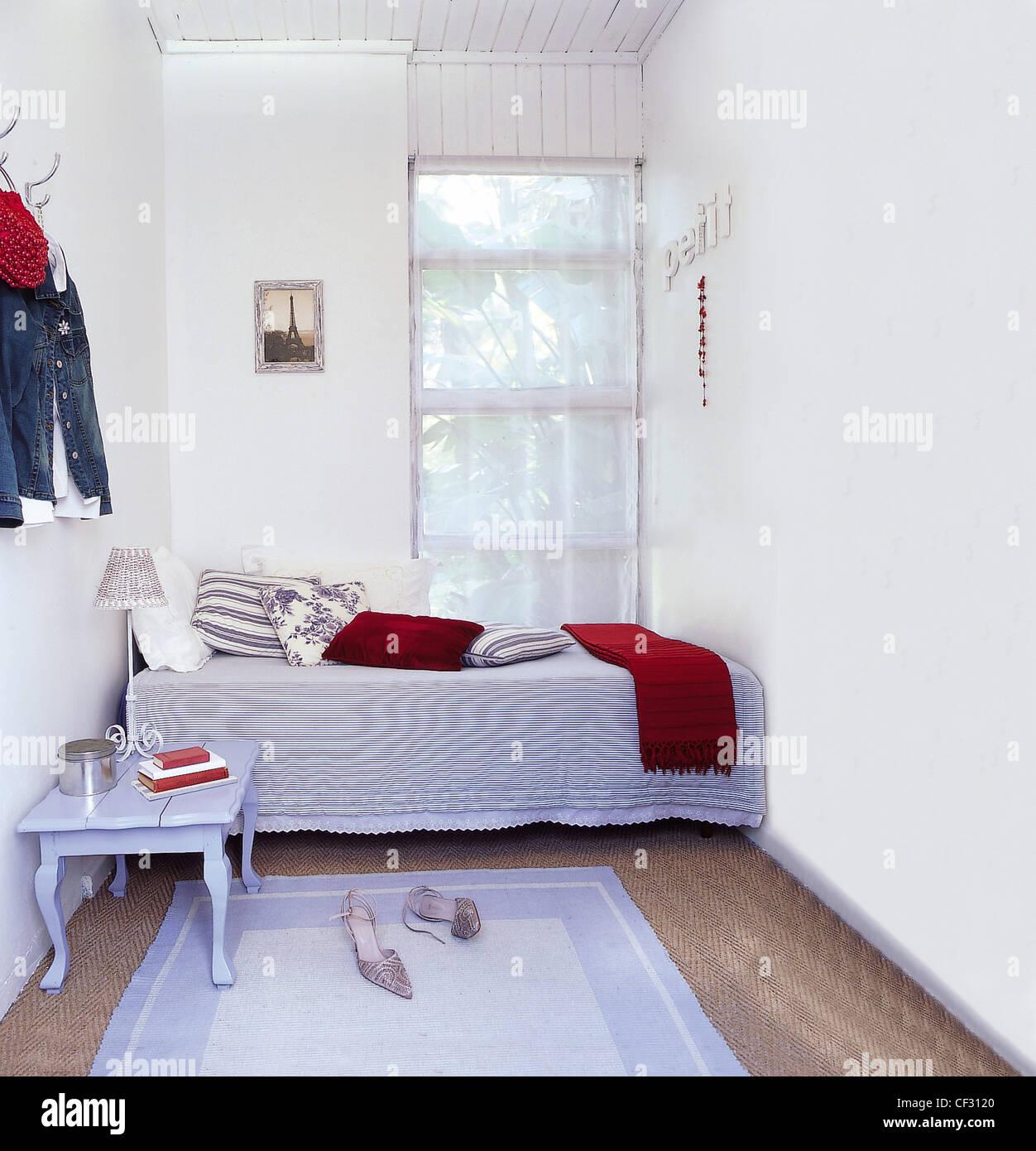 Il fascino francese bianca piccola camera da letto letto singolo in ...