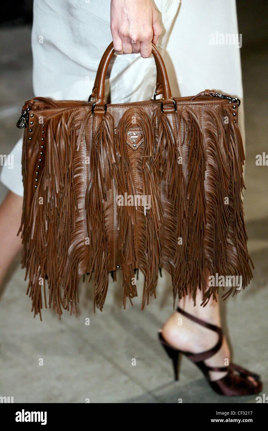 f80000614f Prada Milano pronto a indossare Primavera Estate immagine ritagliata della  porta femmina marrone pelle tasseled Immagini
